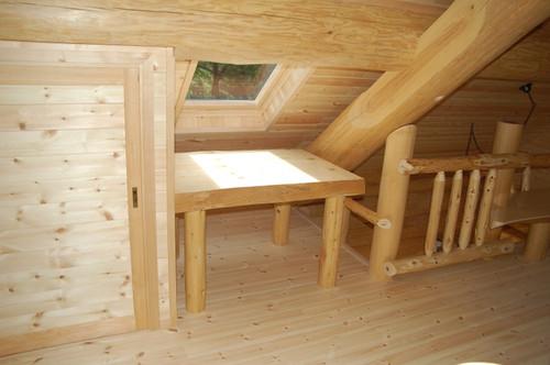 ログの机)  2階の天窓下におかれた地元八ヶ岳