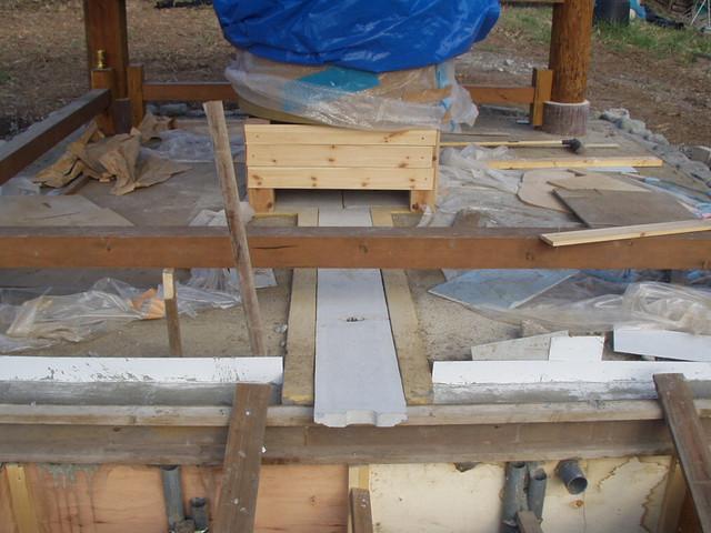 五風十雨農場マニ車の水車ピット蓋設置