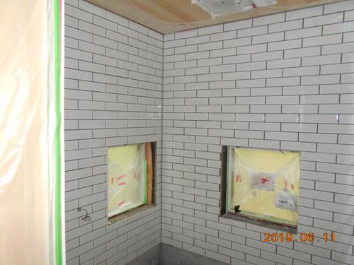 浴室タイル張り中